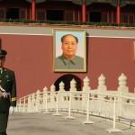 Guardia al ritratto di Mao Ttse Tung